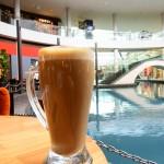 シンガポール風水ツアー㉟ ザ・コーヒービーン&ティーリーフのカフェラテは巨大