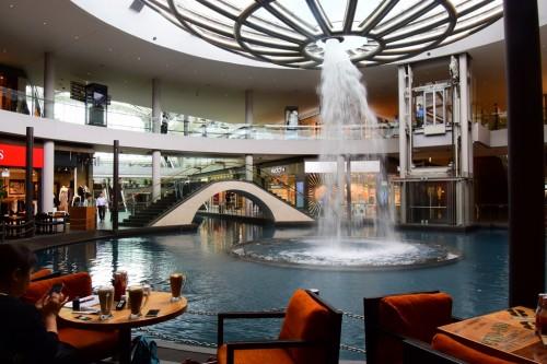 シンガポール風水ツアー㉝ザ・ショップスatマリーナベイサンズの逆噴水を囲むようにあるカフェ「ザ・コーヒービーン&ティーリーフ」
