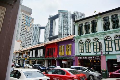 シンガポール風水ツアー㊹ 昔ながらの町並みの後ろに見えるのは高級公団「Pinnacle@Duxton」