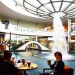 シンガポール風水ツアー㉞ ザ・ショップスatマリーナベイサンズの逆噴水の周囲を囲むカフェ「ザ・コーヒービーン&ティーリーフ」
