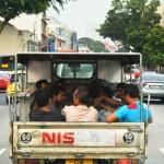 シンガポール風水ツアー⑪ 荷台に乗って移動する人々