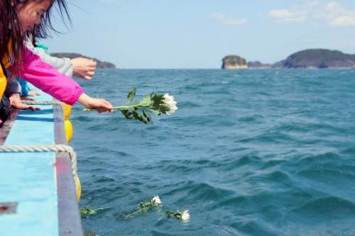 35-宙SORA-南三陸町-波伝谷漁港の海に献花