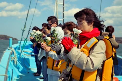 36-宙SORA-南三陸町-波伝谷漁港-沖にて黙祷